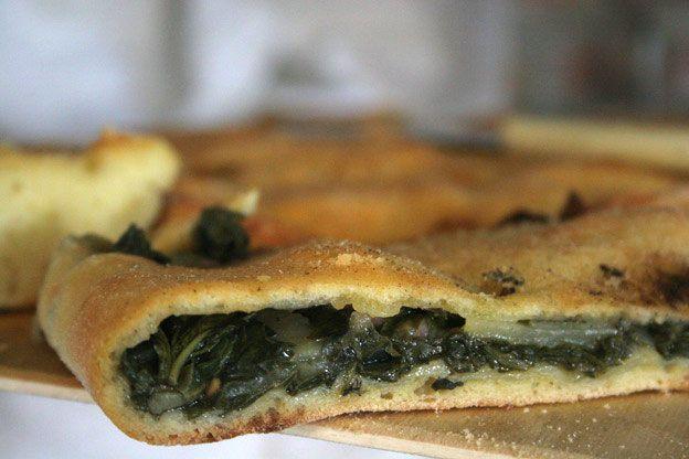 Scacciata ca'iti, focaccia ripiena con verdure selvatiche, preparata secondo la tradizione gastronomica della provincia di Siracusa