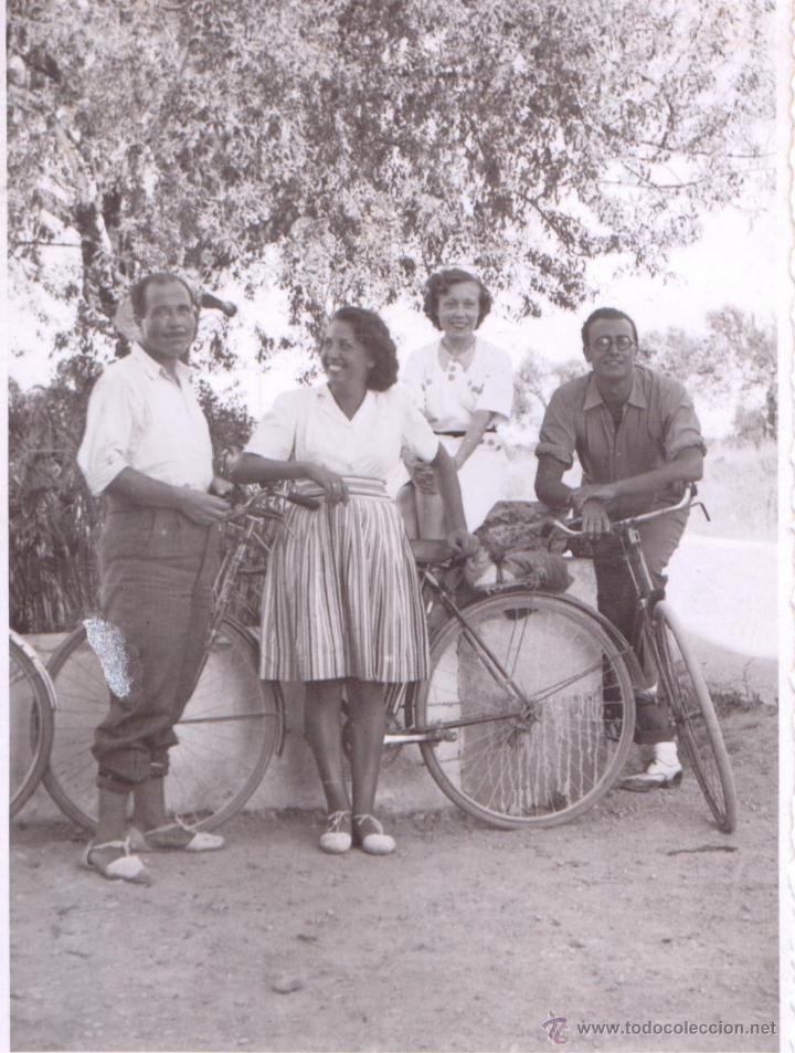 4200b67551 Fotografía antigua  DOS PAREJAS EN BICICLETA - Foto 1 - 49472931 Old School