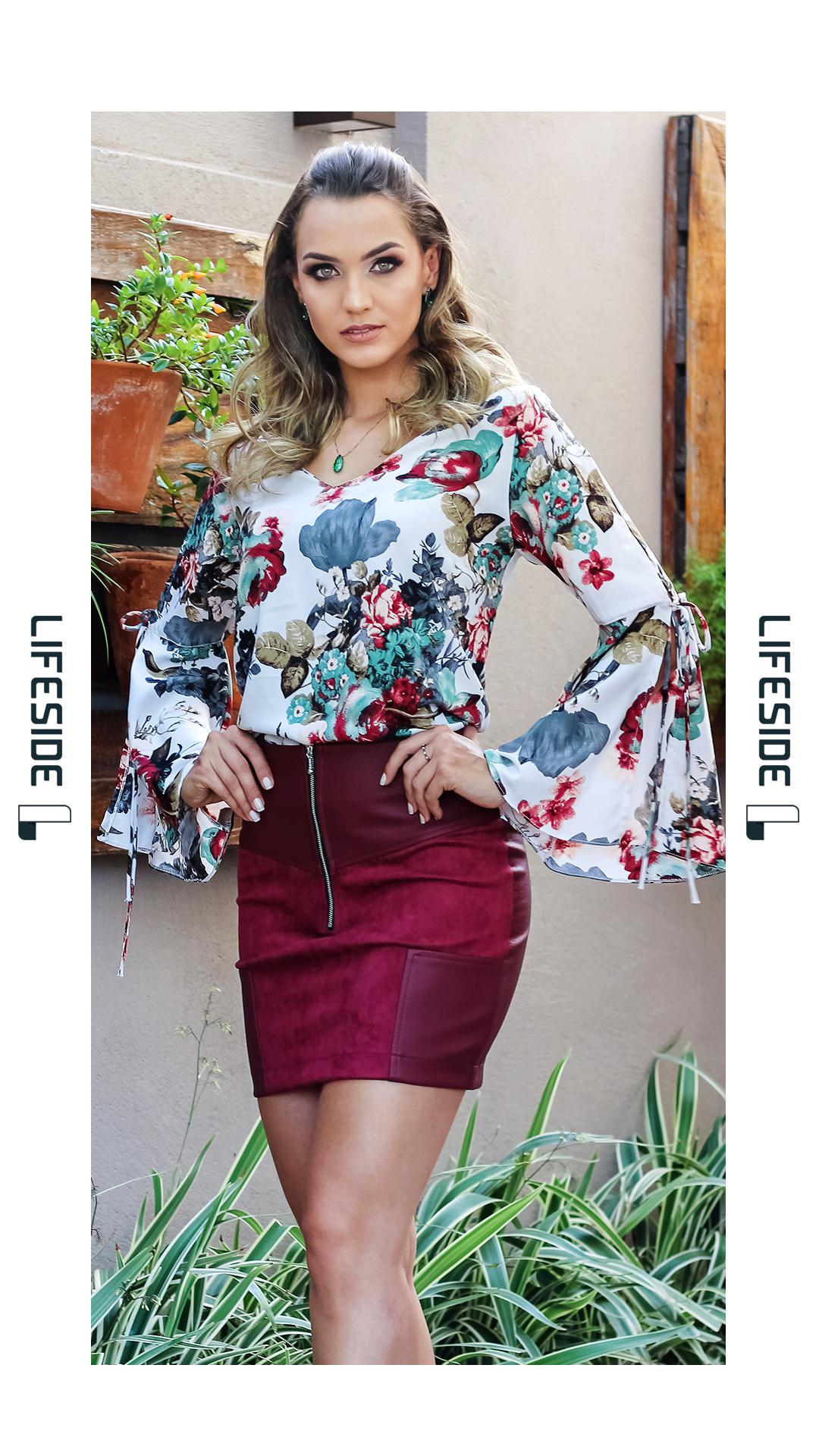 fb7446358dc4 LIFESIDE, Moda Feminina Outono Inverno. Blusa floral com amarração no  cotovelo e manga fluída. Saia com mix de tecidos: couro e suede.