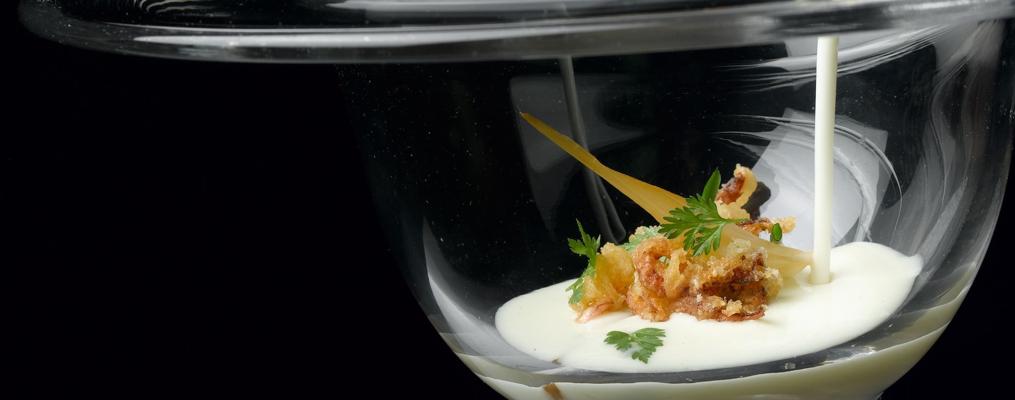 Ajoblanco de coco con chipironcitos en tempura y cebolletas
