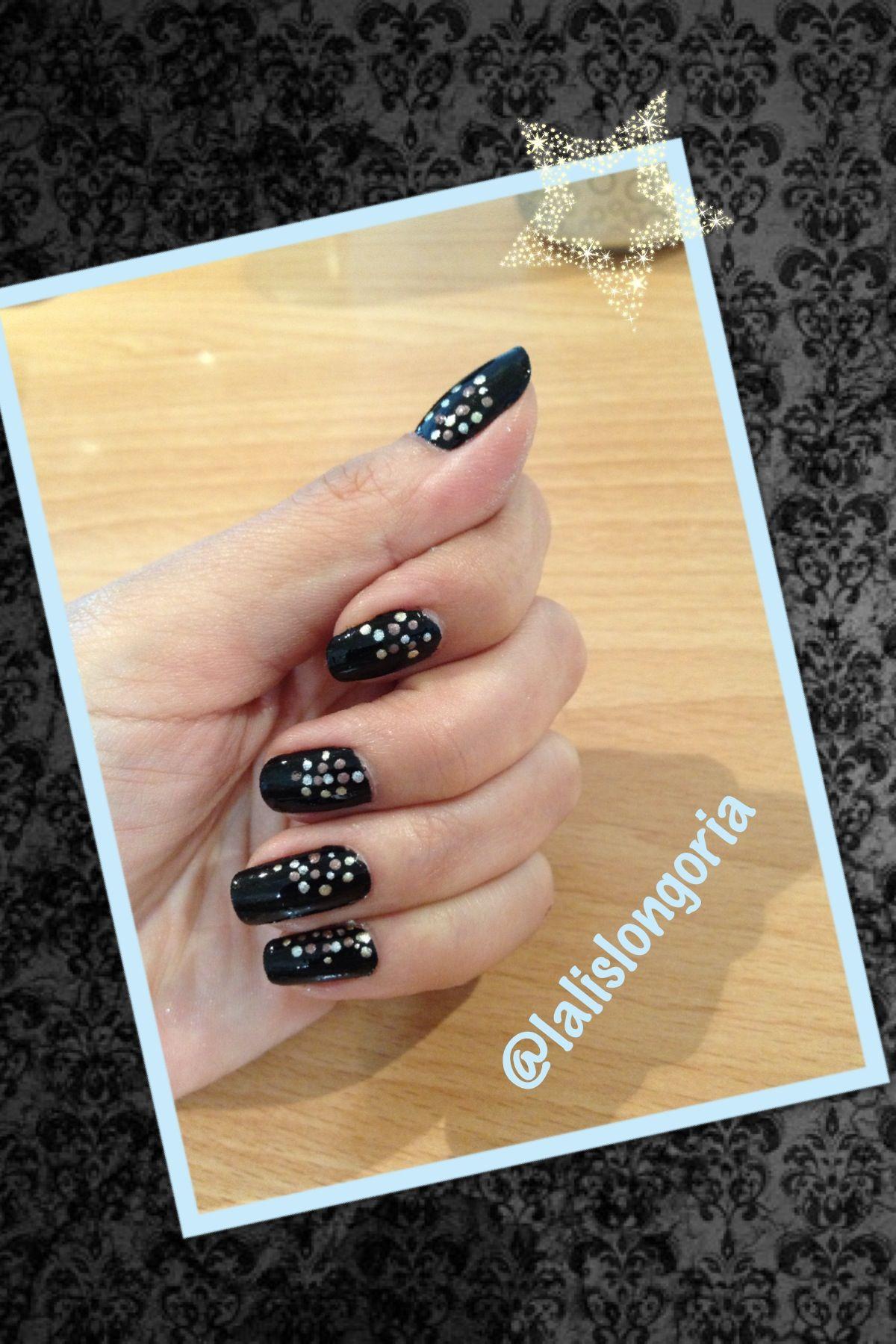 Uñas negras con puntos metálicos | Diseños con puntitos | Pinterest ...