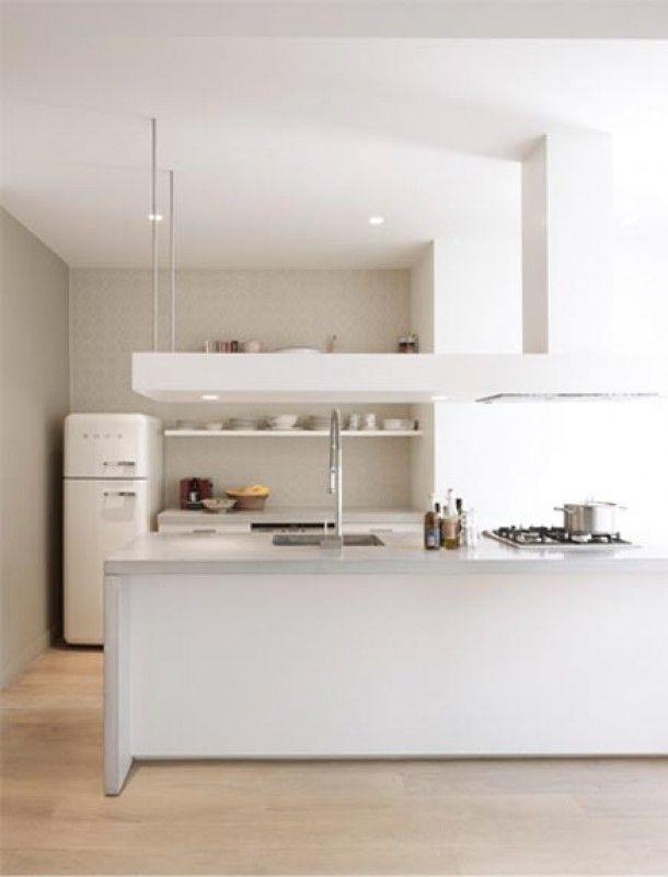 Mooie taupe muur bij witte keuken kitchen in 2019 for Interieur ideeen