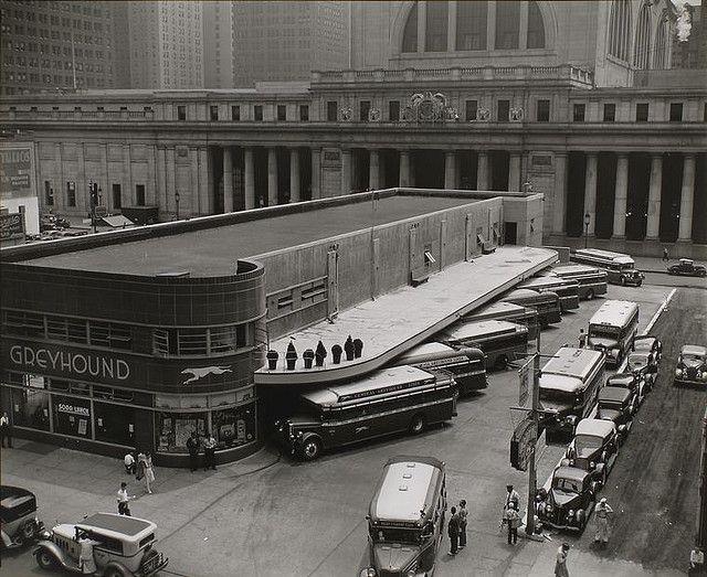 Greyhound Bus Terminal. Den gamle Penn Station, som blev revet ned i 1963, for at gøre plads til Madison Square Garden, kan ses i baggrunden.  www.vielskernewyork.dk - Danmarks bedste rejser til New York