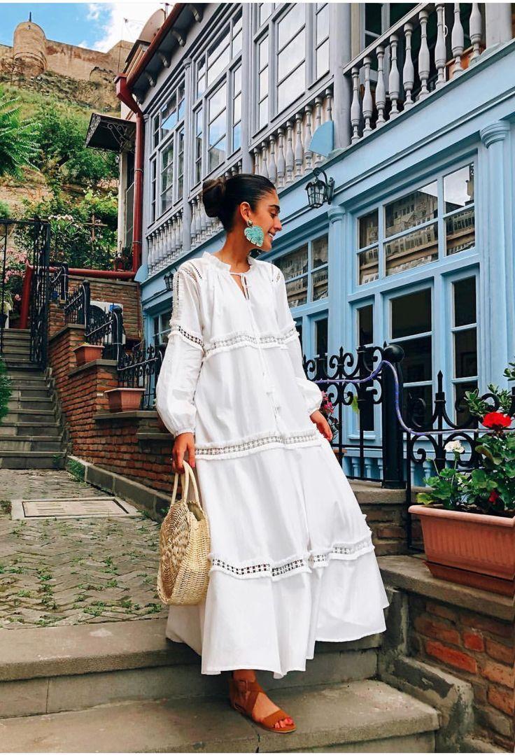 Lässiger Chic-Look mit weißem Blazer und Logo-Shirt - So kombinieren Sie Jeans ... - #Blazer #ChicLook #Jeans #kombinieren #Lässiger #LogoShirt #mit #Sie #und #WEISSEM #summerwardrobe