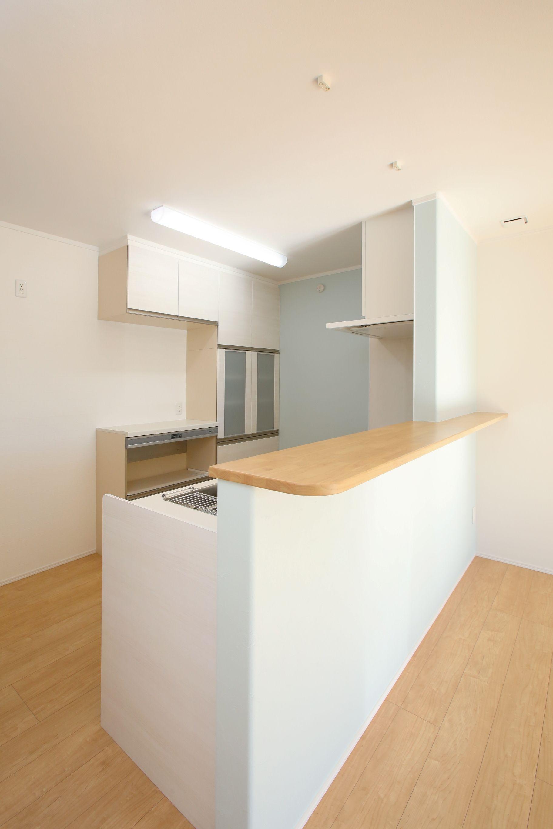 水色の壁紙がかわいいナチュラルな雰囲気のキッチンカウンター キッチンデザイン キッチン キッチンカウンター