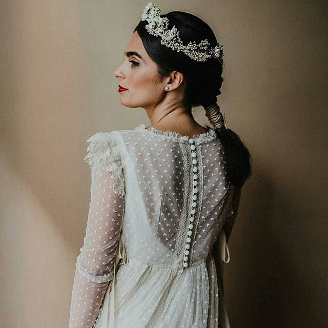 In love with this bride  Pic: @serafin_castillo Vestido: @inunezdesign Corona: @marucca.es  #bride #bridelook #bridestyle #novia #looknovia #noviaperfecta #redlips