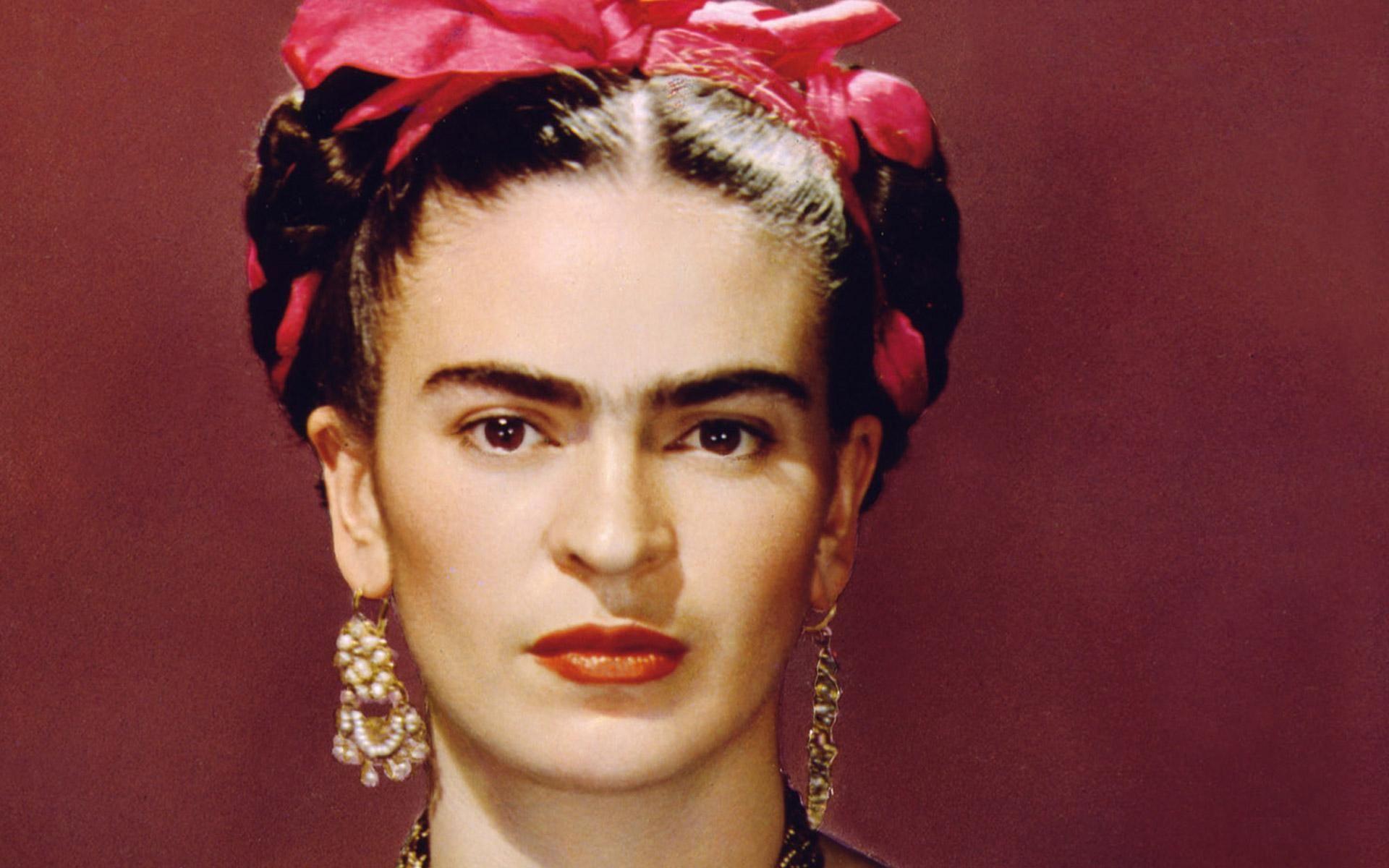 Frida Kahlo es una de las inspiraciones más populares en halloween, incluso Beyoncé se disfrazó de la pintora mexicana este año. Usa prendas étnicas, diademas con flores, collares largos y aretes maxi. http://www.liniofashion.com.co/linio_fashion/ropa-para-mujeres?utm_source=pinterest&utm_medium=socialmedia&utm_campaign=COL_pinterest___fashion_frida_20141204_18&wt_sm=co.socialmedia.pinterest.COL_timeline_____fashion_20141204frida.-.fashion