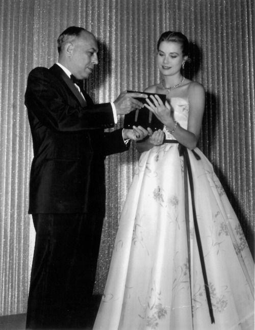 Stanley Marcus presenta Grace Kelly con el Premio de la Moda de Neiman Marcus por Servicio Distinguido en 1955.