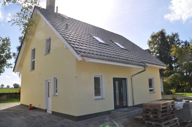 Fassadengestaltung einfamilienhaus weiß  Fensterfaschen in weiss & Wandfarbe in gelb - Aussenansicht vom ...