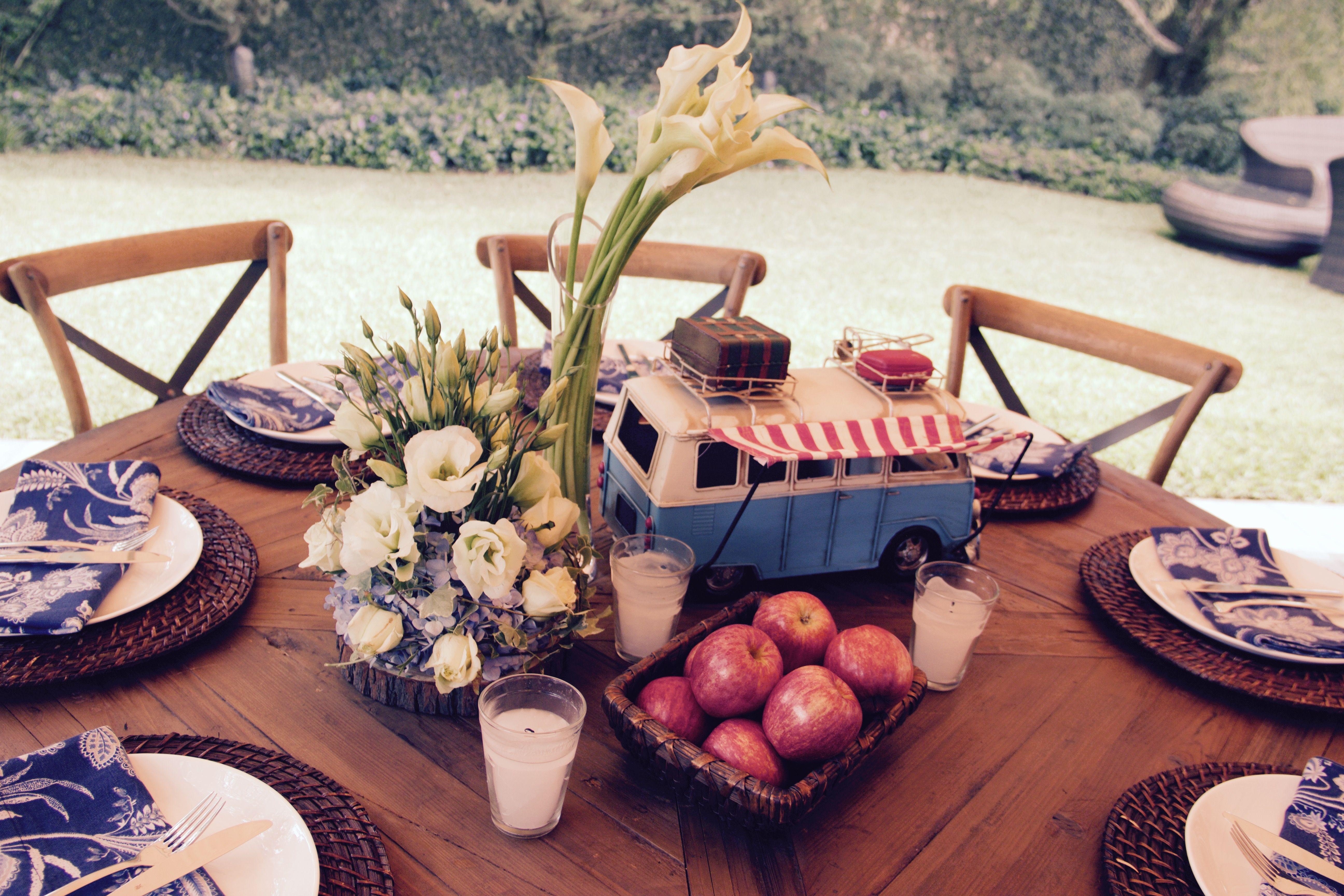 Vintage Daddy's birthday, Centros de mesas con flores neutrales y manzanas para darle un tono rojo de medio día.