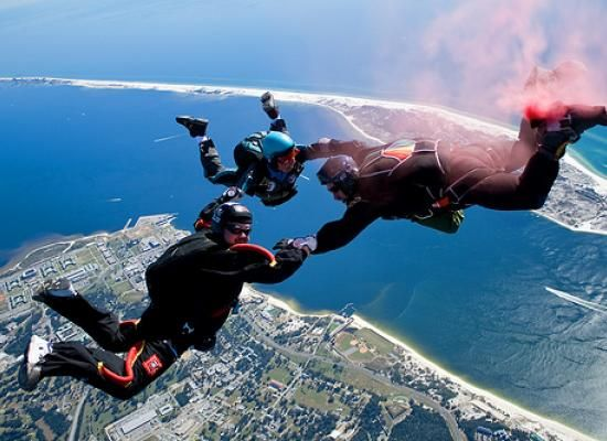 Que tal aproveitar o mini feriado de amanhã para dar um mergulho pelo céu? Conheça algumas das principais modalidades de paraquedismo. #voar #aventura