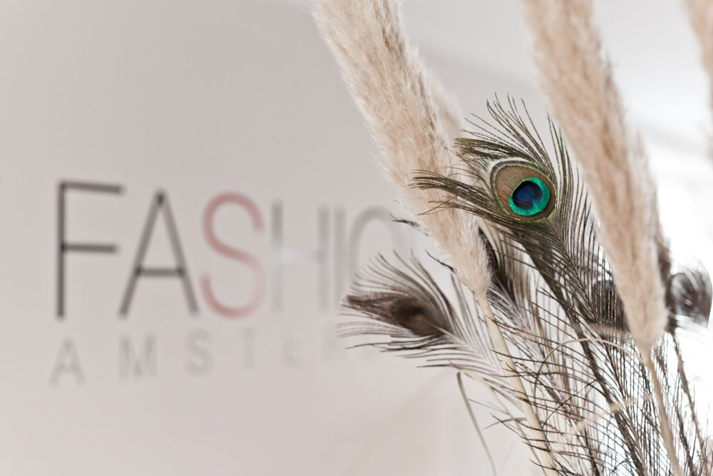 Kantooromgeving; oplevering 2012 | Visual met naam en logo van het bedrijf. Wit, riet, pauw, veren, strak | A visual with the name and logo of the company. White, reed, peacock, feathers, clean