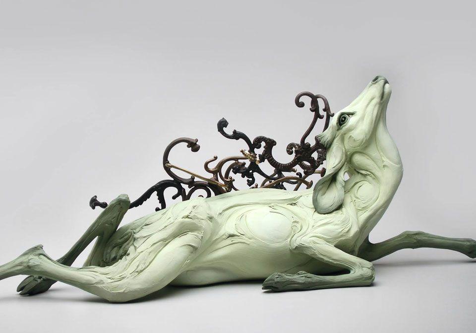 """Beth Cavener es la autora de estas peculiares esculturas. Para comenzar a entender sus trabajos, es conveniente atender a algunas de sus palabras: """"quiero entrometerme en las extraños e incómodas fronteras entre el animal y el humano. Las figuras están asilvestradas y son difíciles, expresan frustración por la tendencia humana hacia la crueldad y la falta de comprensión"""". A través de la..."""