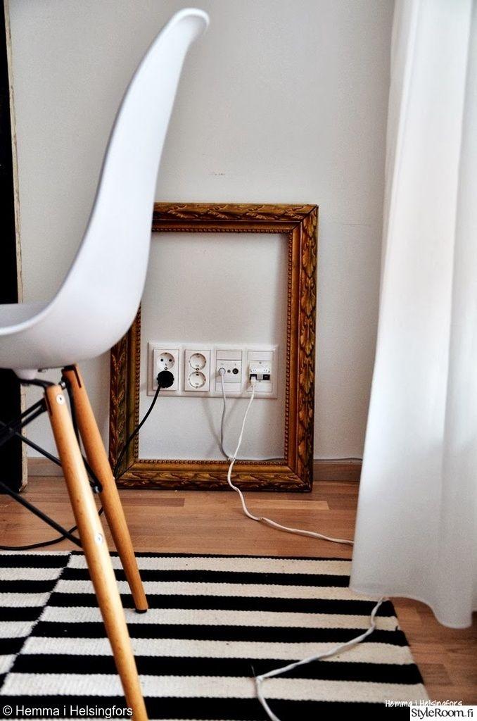 """Vähemmän viehättävälle kohdalle uutta ilmettä koristeellisilla kehyksillä. Täällä asuu: """"Hemmaihelsingfors"""" #styleroom #diy #taulunkehykset #inspiroivakoti"""