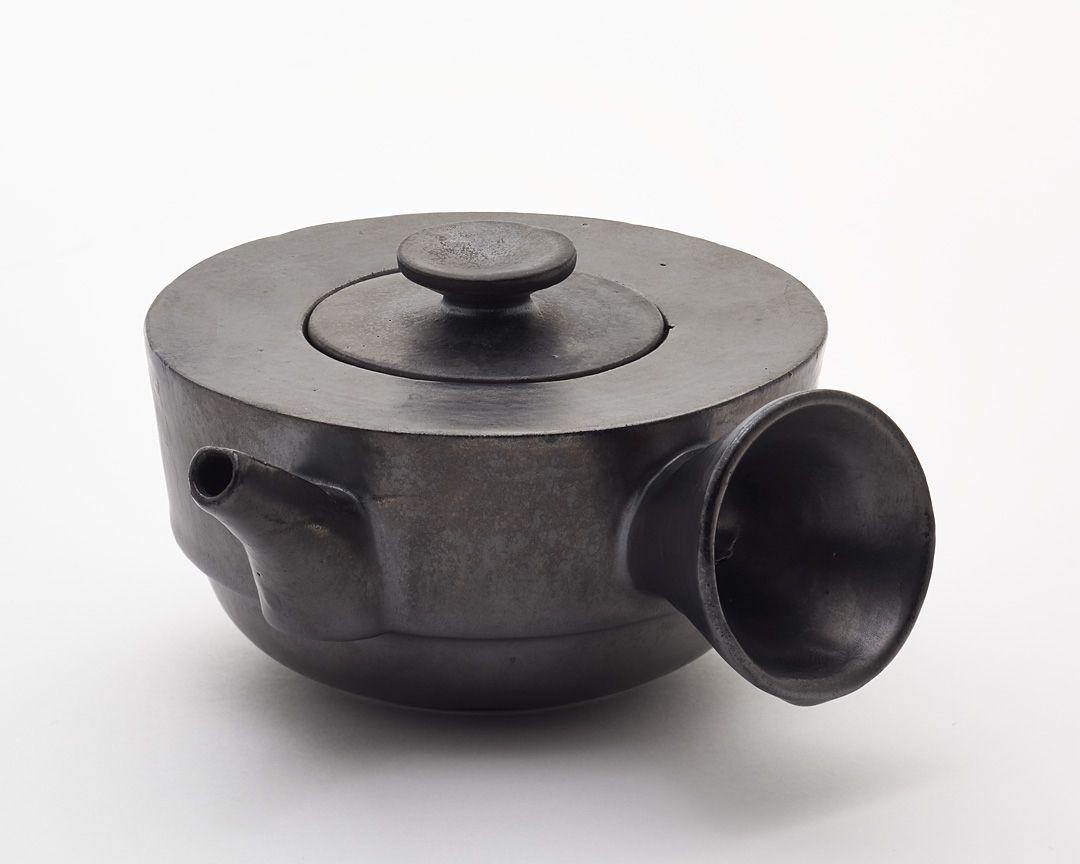 Eine Teekanne von Theodor Bogler. Bauhaus design