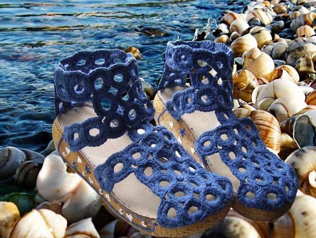 Crocheted sandals... instructions in Russian, but pics are so detailed, you can easily figure it out.