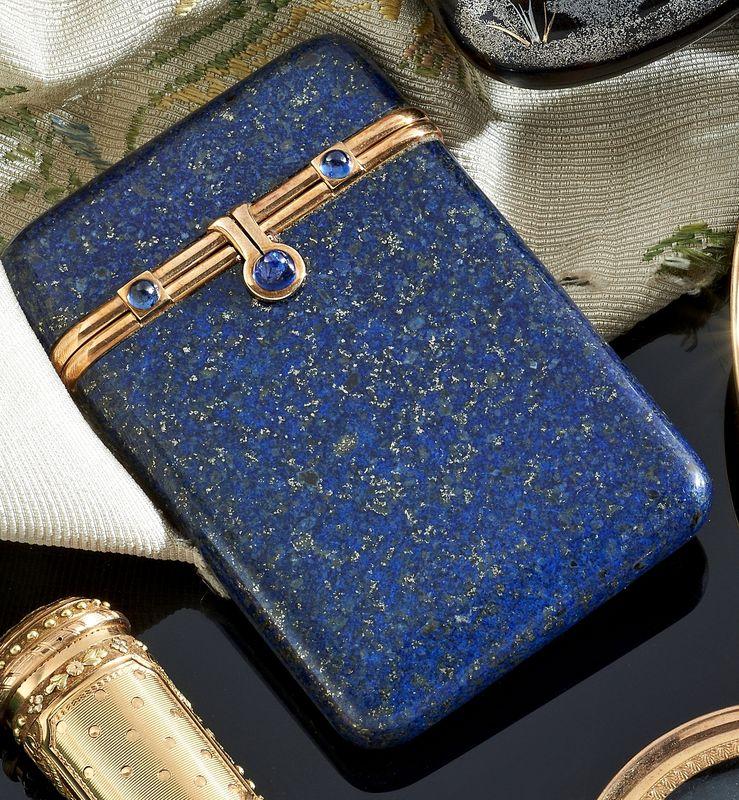 Lot : Porte cigarettes en lapis lazuli de forme rectangulaire orné d'un... | Dans la vente Bijoux - Orfèvrerie - Objets de Vitrine à Pescheteau-Badin