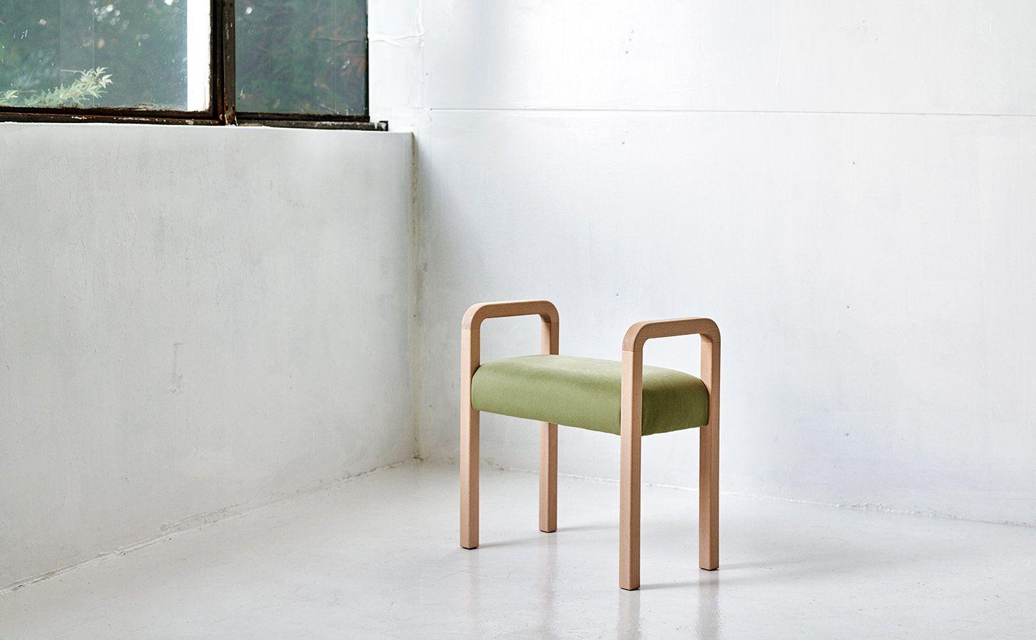 持ち運びを考慮したデザインのシンプルなスツールです。 軽量なため家の中のあらゆる場所に持ち運んでお使い頂けます。 また奥行きが浅いので置く場所を問いません。 玄関や廊下など比較的狭い場所で短時間だけ腰を掛ける時などにとても便利です。