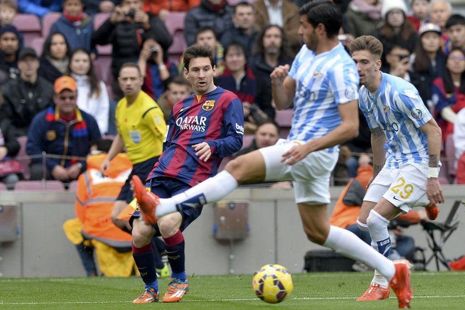 Leo Messi intenta un pase