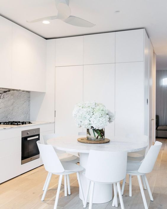 Cocina abierta con muebles integrados, salpicadero de mármol Mesa y
