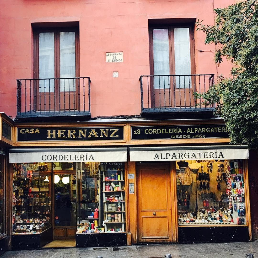 http://www.spanishoponline.com/store/c63/Casa_Hernanz.html 유명한 곳인데..숙소 바로 옆이라..2등으로 방문😆 1등은 한국인  커플이었다는..😱 참으로 부지런한 한국인..👌 #🇪🇸#스페인#마드리드#쇼핑#에스파드류#한국에서사면2배#Spain#España#Madrid#Cordelería#Alpargatería#Casahernanz