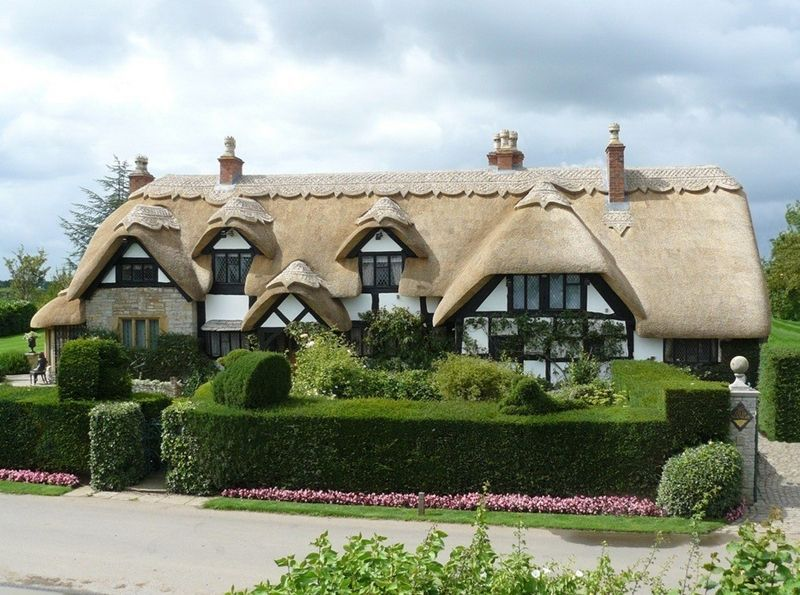 This Has A Similar Scale To Olayin House Built Out Of Logs And I Think More Square Roof Lines And More Gables Beautiful Roofs Thatched House English House