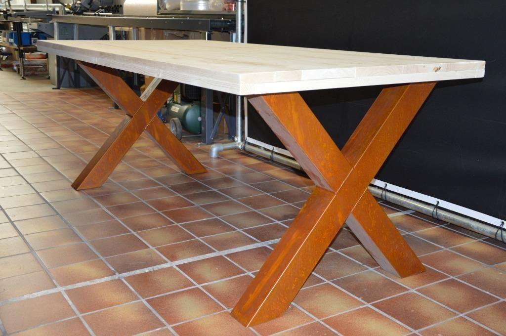 Stoere industriële tafel met tafelpoten in de kleur roest