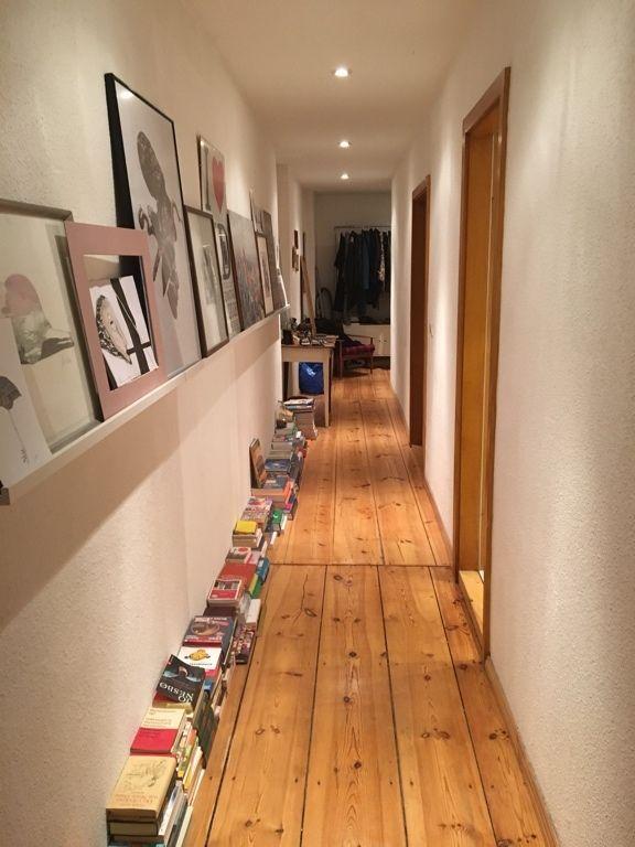 Flur mit Bilderleiste sowie Büchersammlung in Berlin 2 - küche aus paletten