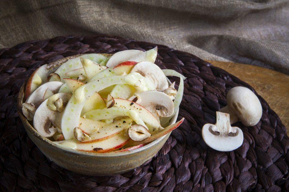 L'insalata di finocchi, mele e funghi è una ricetta light realizzata con ingred…