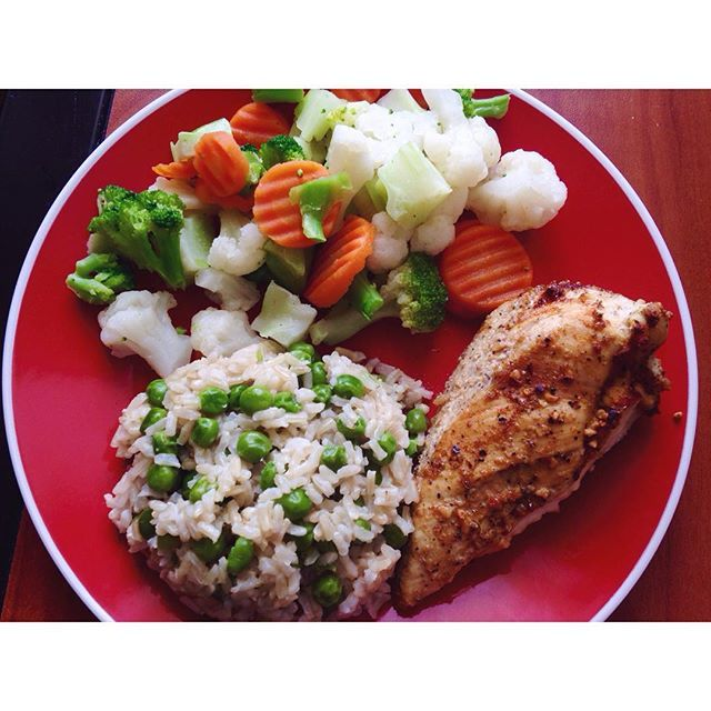 Eat your veeeggieees simple lunch: baked chicken, brown rice with green peas, and steamed broccoli, cauliflower and carrots #healthylunch #simple #healthy #veggies #bakedchicken #easylunch #homemade