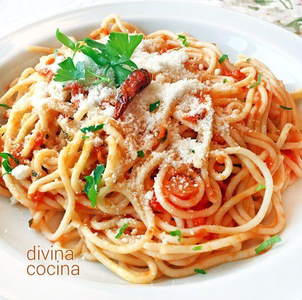 Esta receta de espaguetis arrabbiata es un cl sico de la for Plato de espaguetis