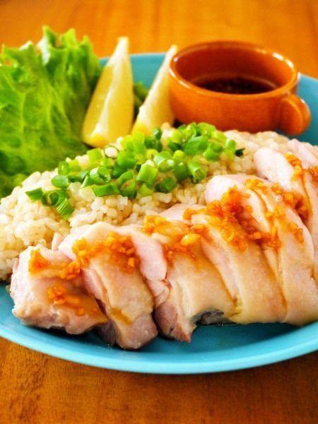 シンガポールで有名なご当地フード、海南鶏飯(ハイナンチーファン)。マレーシアやインドネシアなど東南アジアでも愛されている国民的メニューです。日本でチキンライスと言えばケチャップ味の赤いごはんを思い浮かべますが、シンガポールでは鶏のスープで炊いたごはんの上に茹でた鶏をのせたものを言います。今日はこちら