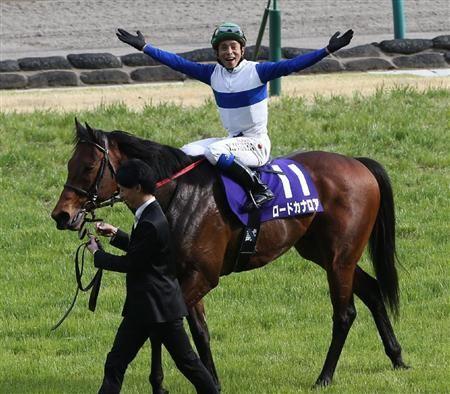 ロードカナロアで高松宮記念を制した岩田康誠騎手は、両手を広げるお得意のパフォーマンスで歓声に応えた(写真:サンケイスポーツ)