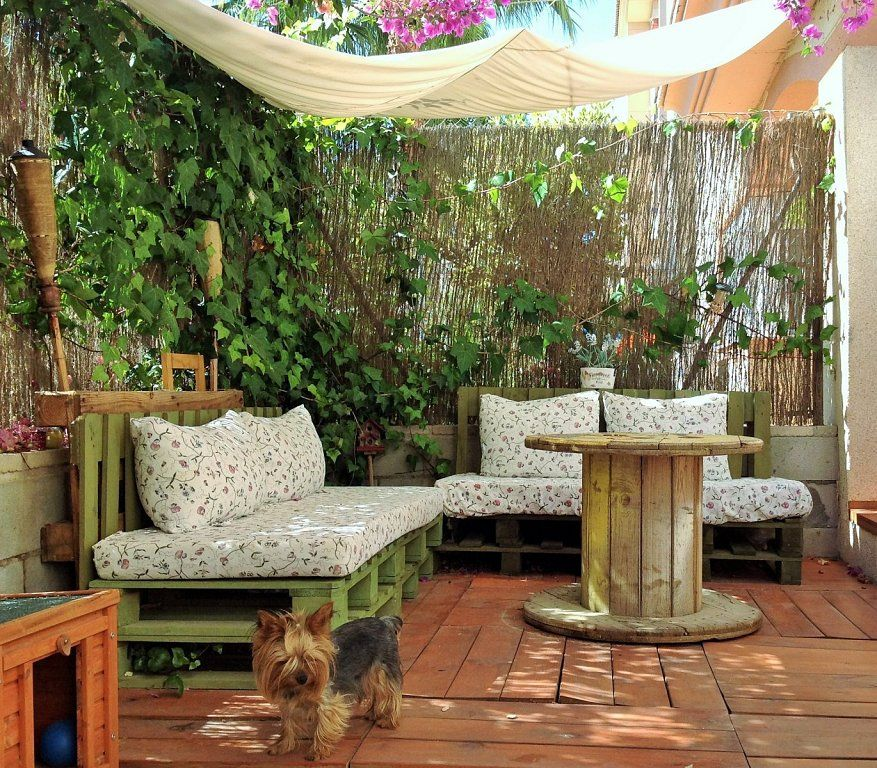 Un jard n low cost con mucho encanto pallets and backyard for Jardines pequenos con encanto