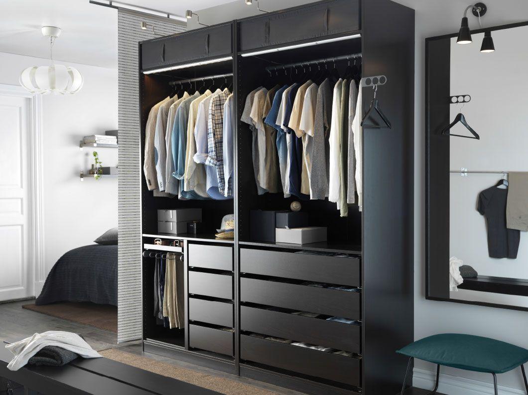 Dormitorio moderno con un armario pax en negro marr n - Armario abierto ikea ...