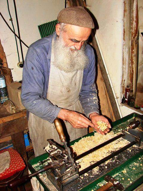 Irmão Bogumil Marian Adamczyk.NÃO SÓ reza o rosário, mas também fabrica os próprios rosários. http://bratbogumil.pl/niepokalana/rozaniec/