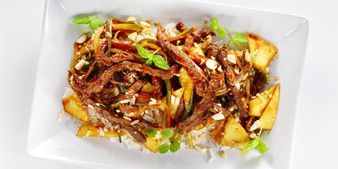 Pihvinaudan paistisuikaleita seesam- ja mangokastikkeessa. Hyvä ruoka, parempi mieli.