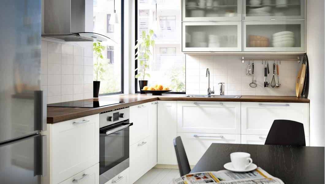 Moderne METOD Küche in Weiß mit GRYTNÄS Fronten und Vitrinentüren in ...