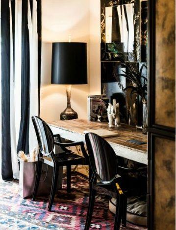 Ambiance noir-chic pour ce bureau double place.Les chaises Kartell , certes pas très confortables, sont esthétiquement du meilleur effet
