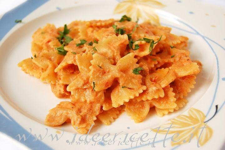 La pasta con tonno panna e pomodoro è una ricetta semplice e molto saporita... anche per una pasta al volo con degli ospiti... infatti la pasta al tonno con l'aggiunta di panna ha un sapore molto delicato (ricorda un po' la pasta al salmone)... per un successo garantito!!! Ingredienti per 2 persone: - 200 gr di pasta formato farfalle - 1 scatoletta piccola (80 gr) di tonno - 100 ml di passata di pomodoro - 1/2 confezione di panna da cucina - 1/2 cipolla - 1 spicchio d'aglio - prezzemolo…