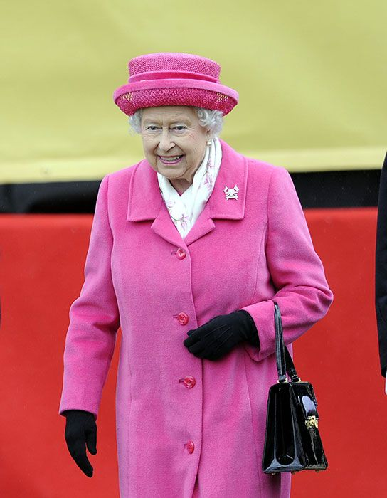 queen-elizabeth- wears pink in honor for the new member of the royal family, born 2nd of may 2015
