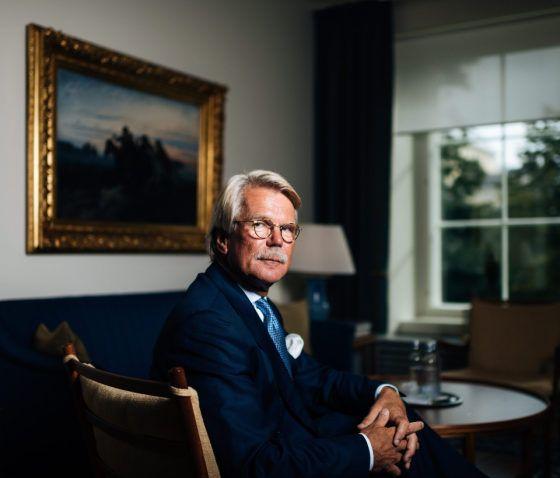 """Björn Wahlroosin näkemys Suomen tilasta on synkkä. Tai sekin on lievä ilmaisu. Wahlroosin mukaan tilanne on """"katastrofaalinen"""" ja """"murhaava"""". Hänestä Suomi on nyt pahemmassa ahdingossa kuin vuonna 1991, jolloin maa syöksyi laman syvimpiin syövereihin."""
