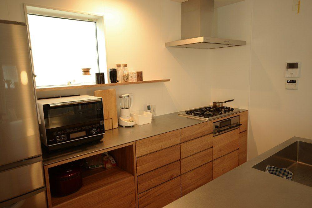 ナラ節アリ材と5mmのステンレスカウンターのセパレートキッチン
