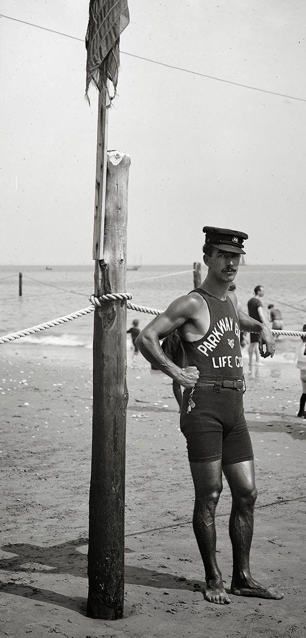 Bagnino sulla costa, anni 20.