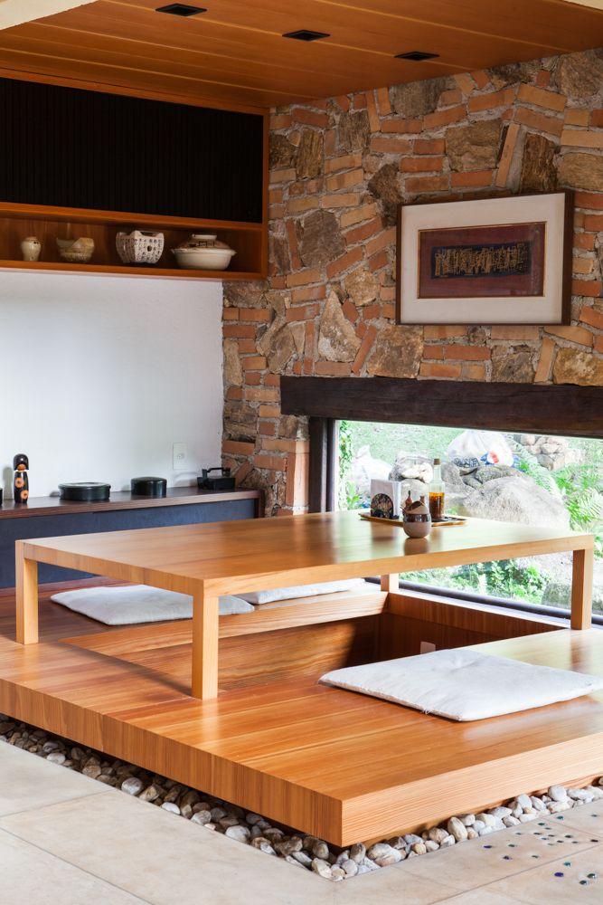 mesa tradicional japonesa com toques modernos
