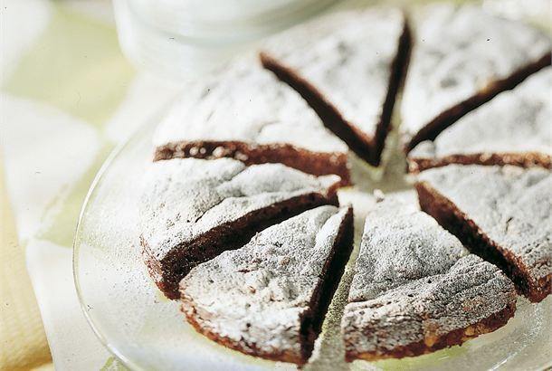 Mutakakku ✦ Mutakakku eli lämmin suklaakakku maistuu suklaanystävälle ja se on helppo valmistaa. http://www.valio.fi/reseptit/mutakakku-1/