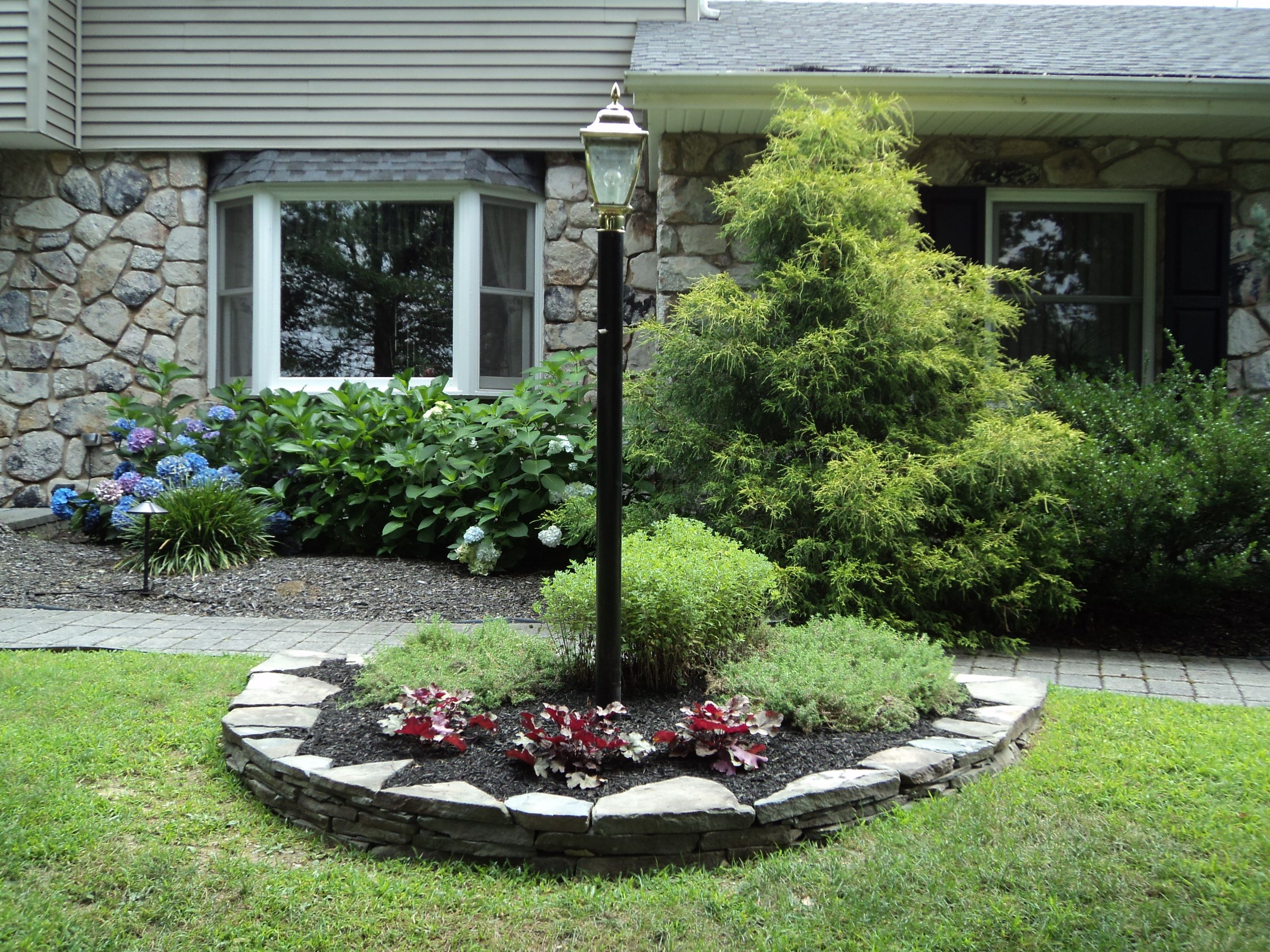 Natural Stone Wall At Lamp Post Landscape Bed Northampton Pa Front Yard Landscaping Design Front Yard Front House Landscaping