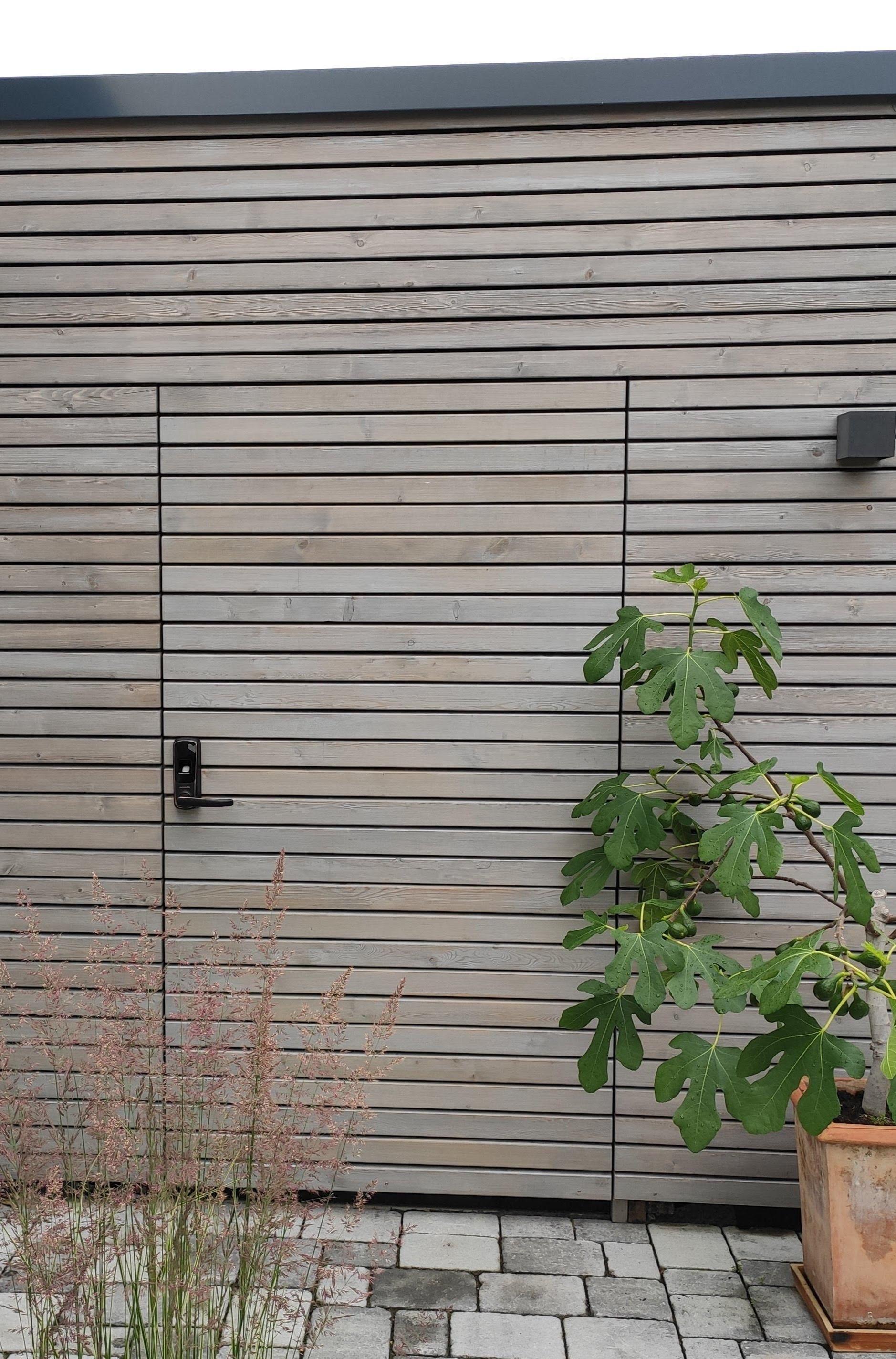 Unsichtbare Garagentur Mit Rhombusleisten Und Smartem Turschloss In 2020 Garagenbau Rhombus Holz Turschlosser