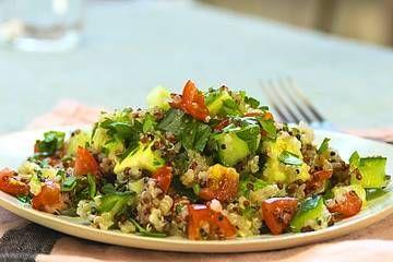 Insalata di quinoa con pomodori e avocado