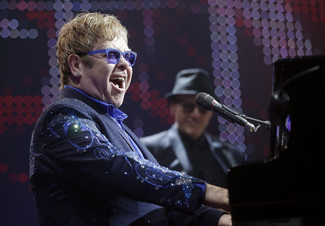 El cantante británico Elton John actúa en un concierto en el Stadthalle de Viena, Austria